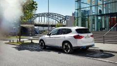 BMW iX3 si distingue per i profili blu elettrico, per i cerchi e per la calandra