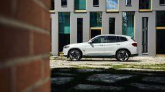 BMW iX3, vista laterale
