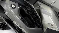 BMW K1600 GTL 2017, sportello portaoggetti aperto