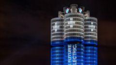 BMW, l'installazione luminosa sulla sede di Monaco di Baviera