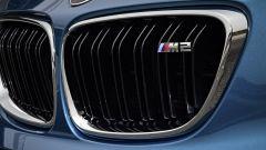 BMW M2 Coupé: la targhetta M2 sulla classica griglia a doppio rene di BMW
