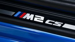 BMW M2 CS 2020: il logo M2 CS sul battitacco
