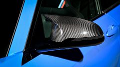 BMW M2 CS 2020: particolare dello specchietto in carbonio