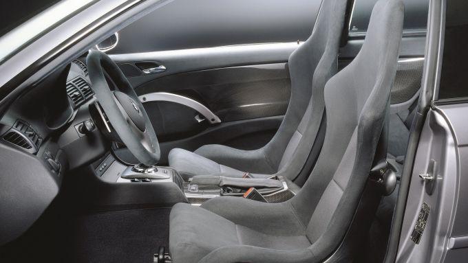 BMW M3 E46 CSL: i sedili con scocca in fibra di carbonio e la plancia