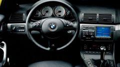 BMW M3 E46: la plancia con volante multifunzione e il display del navigatore