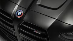 BMW M4 Competition Coupé: sul cofano il badge BMW modificato