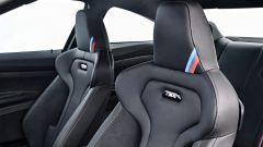 BMW M4 CS: dettaglio dei sedili in pelle e Alcantara