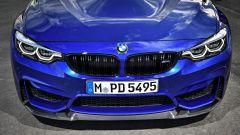 BMW M4 CS: il cofano motore è in CFRP (fibra di carbonio)