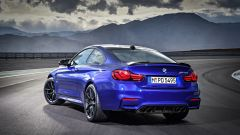 BMW M4 CS: vista 3/4 posteriore