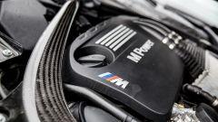 BMW M4 GTS: la centina in carbonio irrigidisce il vano motore