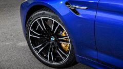BMW M5 2017: dettaglio dei freni carboceramici opzionali