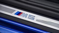 BMW M5 2017: dettaglio del battitacco