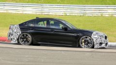 BMW M5 2021, foto spia: vista laterale