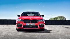 BMW M5 2021: i proiettori anteriori più sottili e la calandra a doppio rene