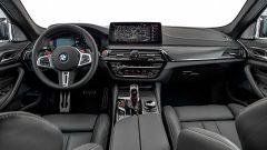 BMW M5 2021: la plancia con i due schermi da 12,3