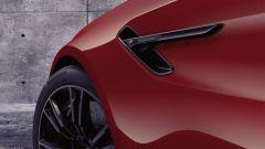 BMW M5 2021: lo sfogo dell'aria calda ricavato sui parafanghi con il logo M5 Competition