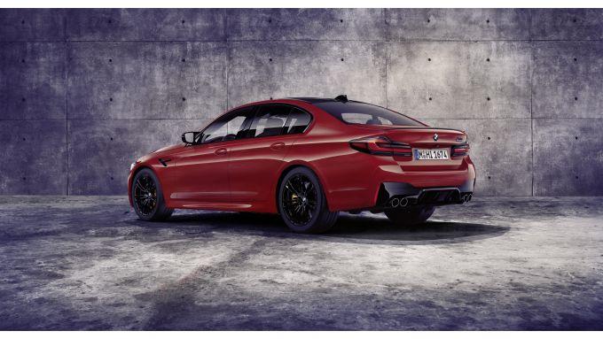 BMW M5 2021: una vista di 4/3 posteriore