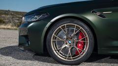 BMW M5 CS 2021, dettaglio del cerchio da 20 pollici di serie