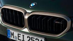 BMW M5 CS 2021, dettaglio della calandra color bronzo dorato