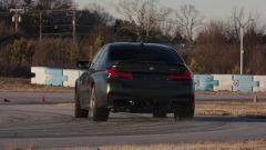 BMW M5 CS 2021, drifting visto da dietro