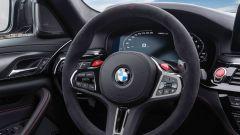 BMW M5 CS 2021, il volante in alcantara