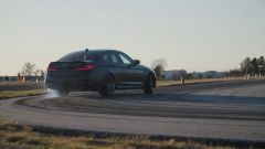 BMW M5 CS 2021, la 3/4 posteriore è ancora più bella se le ruote fumano