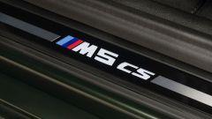 BMW M5 CS 2021, la scritta sul battitacco è luminosa