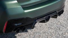 BMW M5 CS 2021, lo scarico sportivo in acciaio e l'estrattore in carbonio