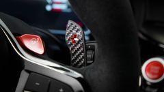 BMW M5 CS 2021, particolare della leva di comando del cambio al volante
