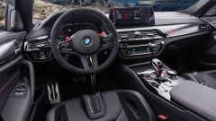 BMW M5 CS 2021, volante e schermo dell'infotainment