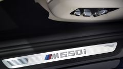 BMW M550i xDrive: la scritta sul battitacco si illumina