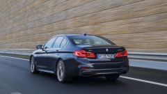 BMW M550i xDrive: le modifiche estetiche comprendono nuovi scarichi