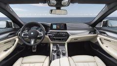 BMW M550i xDrive: tanta pelle ed elementi sportivi caratterizzano l'abitacolo