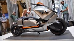 BMW Motorrad Concept Link, le batterie sono sotto la pedana