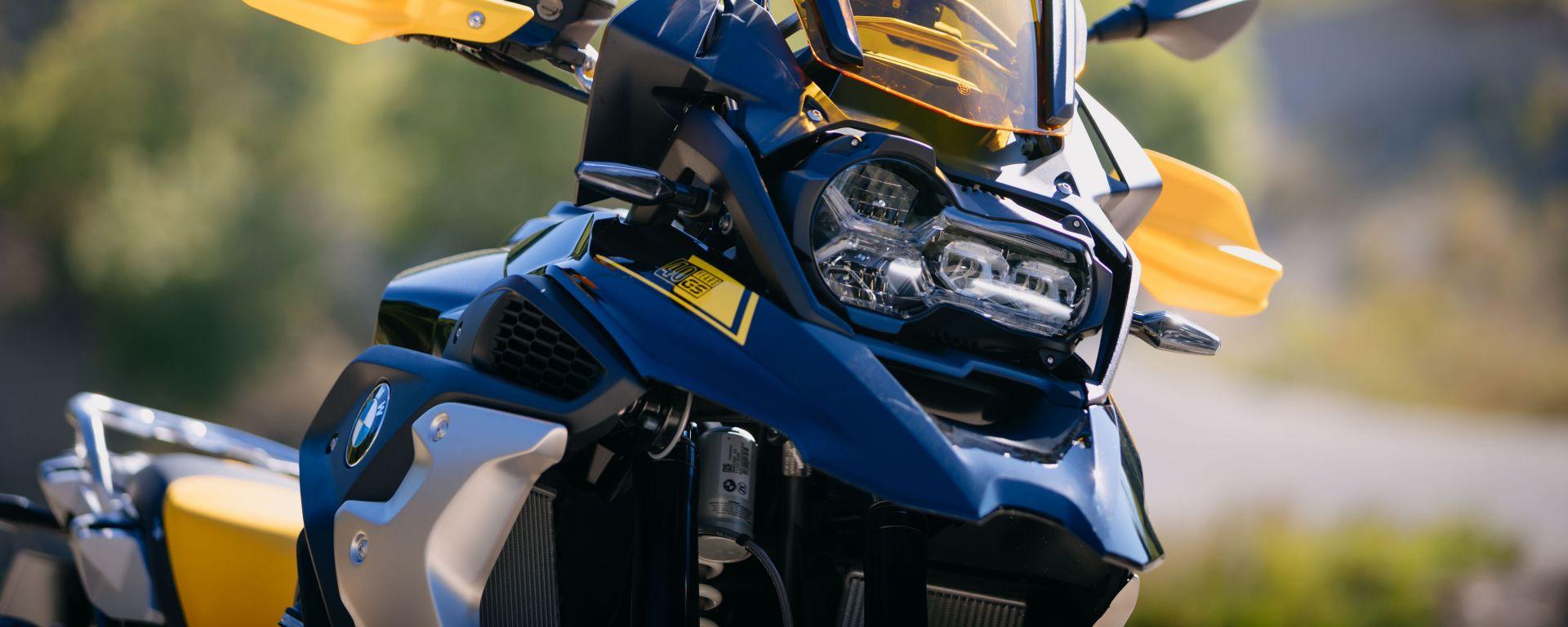 BMW R 1250 GS 2021: arrivano anche i fari a LED che illuminano seguendo l'inclinazione della moto
