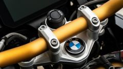 BMW R 1250 GS 40 Years 2021: il manubrio oro con riser da 30 mm, optional
