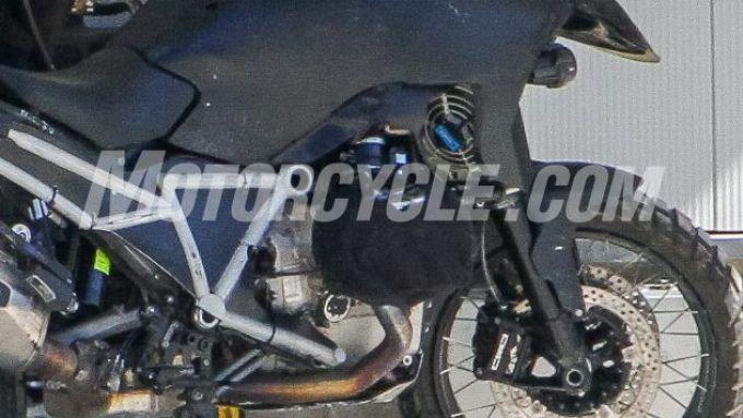 BMW R 1300 GS: la nuova maxienduro con sistema di raffreddamento a liquido?