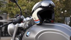 BMW R nineT Scrambler, casco Bell Custom 500