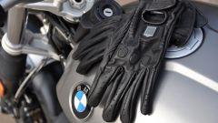 BMW R nineT Scrambler, guanti Icon One 1000