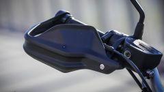 BMW R nineT Urban G/S: dettaglio delle protezioni al manubrio