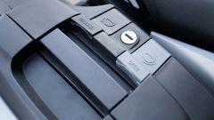 BMW R1200RS 2018: dettaglio della serratura per aprire e smontare le borse laterali