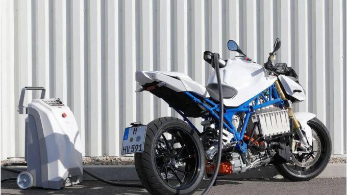 BMW Roadster E-Power: il prototipo della naked 100% EV sotto carica