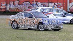 BMW Serie 2 Coupé 2021, la fiancata scavata mette in evidenza il sottoporta