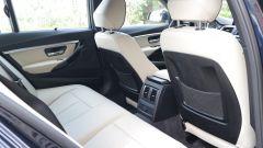 BMW Serie 3 330e: l'abitabilità posteriore non risente del pacco batteria