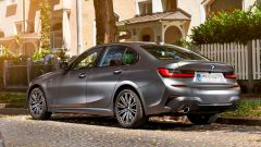BMW Serie 3 PHEV, vista 3/4 posteriore