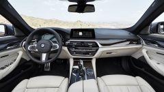 BMW Serie 5 2017: nuovi gli interni e lo con schermo da 10,25 pollici sospeso sulla plancia
