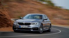 BMW Serie 5 2017: pesa 100 chili in meno