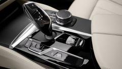 BMW Serie 5 2020 Sedan: i comandi nel tunnel con finiture nero lucido