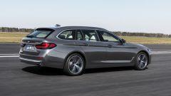 BMW Serie 5 2020 Touring: visuale di 3/4 posteriore