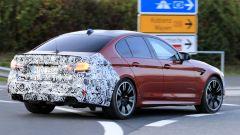 BMW Serie 5 facelift: visuale di 3/4 posteriore